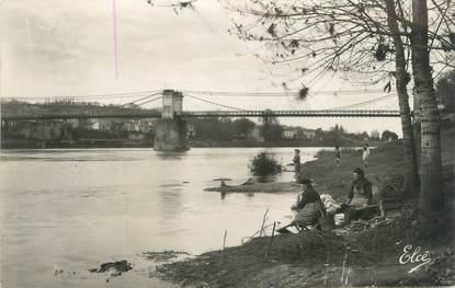 """CPSM FRANCE 33 """"Sainte Foy la Grande, le pont suspendu"""" / LAVEUSE"""
