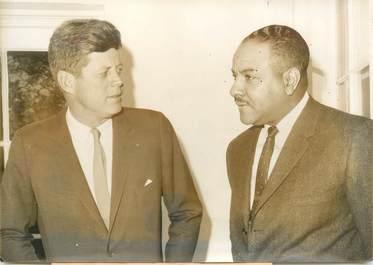 """PHOTO DE PRESSE ORIGINALE / USA """"ROWAN, 1er ambassadeur des USA noir avec le président KENNEDY, 1963"""""""