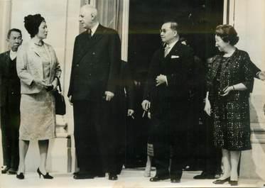 PHOTO DE PRESSE ORIGINALE / Le 1er ministre du Laos, Prince Souvanna PHOUMA avec le Général De Gaulle, 1963