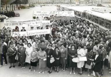 PHOTO DE PRESSE ORIGINALE / Rassemblement des femmes des mineurs lorrains sur l'esplanade des Invalides, 1963 / MINES