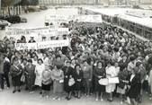 Theme PHOTO DE PRESSE ORIGINALE / Rassemblement des femmes des mineurs lorrains sur l'esplanade des Invalides, 1963 / MINES