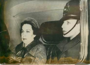 PHOTO DE PRESSE ORIGINALE / 1963, Miss A. Bacon, député travailliste, menacée par l'OAS et protégée par la Police londonienne