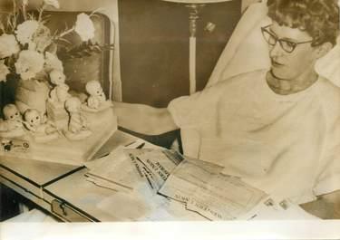 PHOTO DE PRESSE ORIGINALE / Mère de quintuplés américains en convalescence à Aberdeen, dans le Dakota, 1963