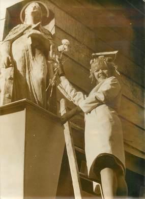 PHOTO DE PRESSE ORIGINALE / 1963, les Catherinettes parisiennes au pied de la statue de Sainte Catherine