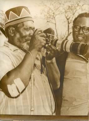 PHOTO DE PRESSE ORIGINALE / 1er ministre du Kenya à la réserve nationale de Tsavo, 1963