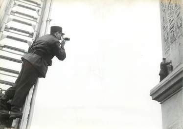 """PHOTO ORIGINALE DE PRESSE """"Nettoyage de l'obélisque, Place de la Concorde par les pompiers de Paris"""""""