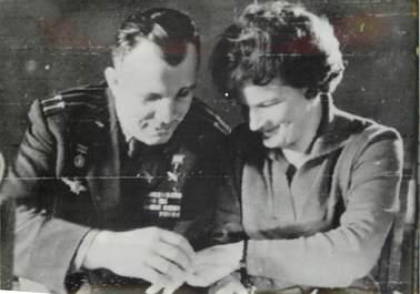 """PHOTO ORIGINALE DE PRESSE """"URSS, La Soviétique Valentina Terechkova, première femme cosmonaute en compagnie de Gargarine"""""""