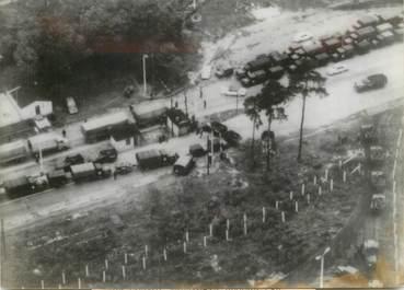 """PHOTO ORIGINALE DE PRESSE """"Un convoi militaire américain bloqué par les militaires soviétiques à Berlin Ouest"""" / GUERRE FROIDE"""