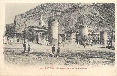 """CPA FRANCE 04 """"Sisteron, la cathédrale et les vieux remparts"""""""