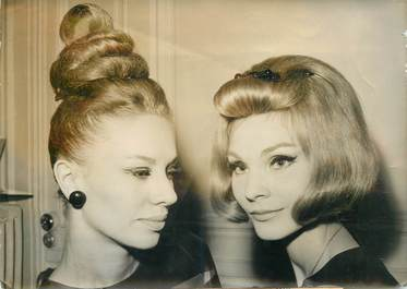 """PHOTO DE PRESSE / PHOTO ORIGINALE / MODE / COIFFURE """"Mannequins de la Maison DIOR se faisant coiffer"""""""
