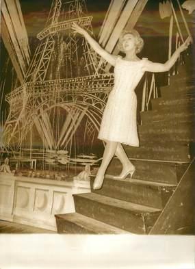 """PHOTO DE PRESSE / PHOTO ORIGINALE """" Mick MICHEYL, vedette de la Nouvelle revue du Casino de Paris"""" / TOUR EIFFEL"""