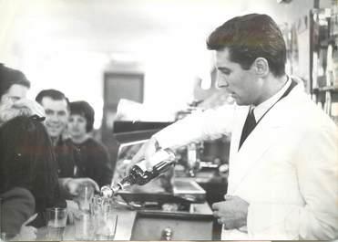 """PHOTO DE PRESSE / PHOTO ORIGINALE """" Gilbert BECAUD a revêtu la veste de Barman à l'occasion d'une émission radiophonique, 1963"""""""