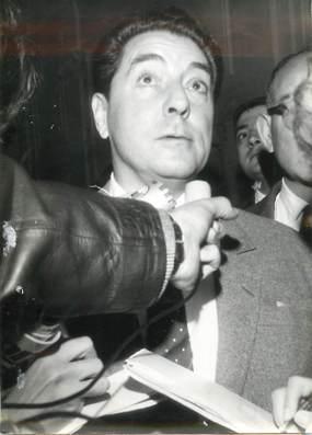 """PHOTO DE PRESSE / PHOTO ORIGINALE """" Jacques PILLS au domicile d'Edith PIAF, après sa mort"""""""