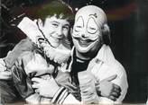 """Theme PHOTO DE PRESSE / PHOTO ORIGINALE """"le jeune comédien RAMUNTCHO et P. MONDY en clown dans une scène de l'Enfant du Cirque"""""""