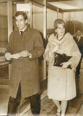 """PHOTO DE PRESSE / PHOTO ORIGINALE """"Le metteur en scène R. VADIM accompagné de sa fiancée Catherine DENEUVE"""""""