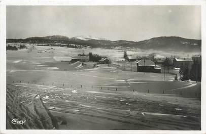 """CPSM FRANCE 39 """"Les Rousses, un champ de ski et vue sur la Dôle"""""""