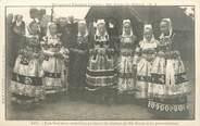 """29 Finistere CPA FRANCE 29 """"Sainte Anne La Palud, les femmes mariées portant la statue"""""""
