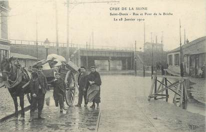 """CPA FRANCE 93 """"Saint Denis, rue et pont de la Briche"""" / INONDATION 1910"""