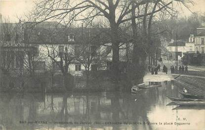 """CPA FRANCE 94 """"Bry sur Marne, débouché du pont de Bry"""" / INONDATION 1910"""