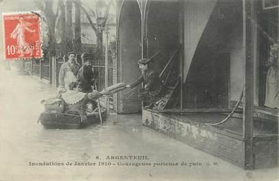 """CPA FRANCE 95 """"Argenteuil, courageuse porteuse de pain"""" / INONDATION 1910"""