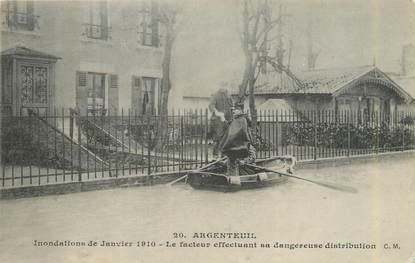 """CPA FRANCE 95 """"Argenteuil, le facteur effectuant sa dangereuse distribution"""" / INONDATION 1910"""