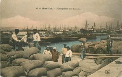 """CPA FRANCE 13 """"Marseille, déchargement d'un Chaland"""""""