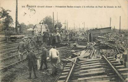 """CPA FRANCE 02 """"Tergnier, prisonniers boches à la réfection du chemin de fer"""""""