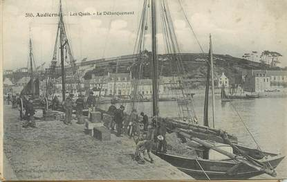 """CPA FRANCE 29 """"Audierne, les quais, le débarquement"""""""