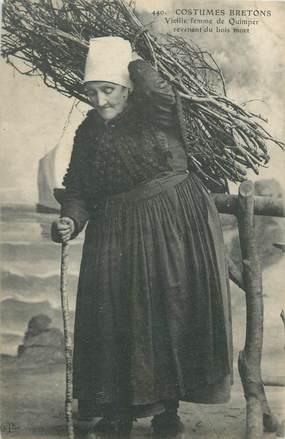 """CPA FRANCE 29 """"Costumes bretons, vieille femme portant du bois"""""""