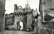 """63 Puy De DÔme / CPSM FRANCE 63 """"Montpeyroux, l'horloge et l'entrée du vieux château"""""""