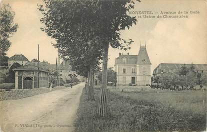 """CPA FRANCE 38 """"Morestel, Avenue de la Gare et usine de chaussures"""""""