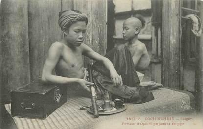 """CPA VIETNAM """"Saïgon, Fumeur d'Opium préparant sa pipe"""""""