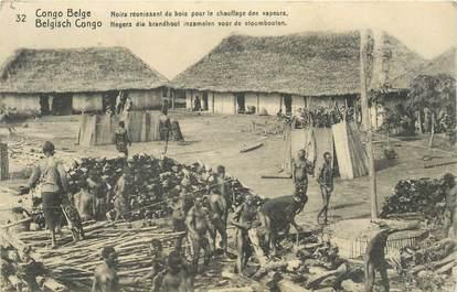 """CPA CONGO BELGE """"Noirs réunissant du bois pour le chauffage des vapeurs"""""""
