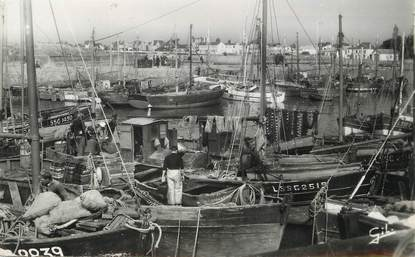 """/ CPSM FRANCE 85 """"Croix de Vie, le port"""" / BATEAU DE PÊCHE"""