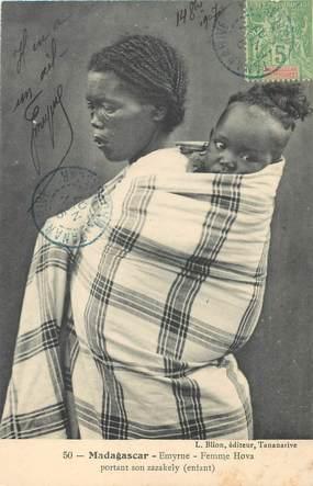 "CPA MADAGASCAR ""Femme Hova portant son enfant"""