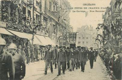 """CPA FRANCE 45 """"Orléans, Les Fêtes de Jeanne d'Arc, le cortège rue Bannier"""""""