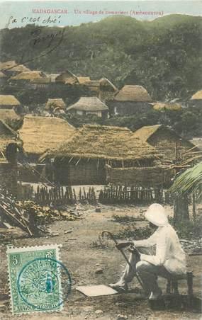"CPA MADAGASCAR ""Un Village de comoriens"""