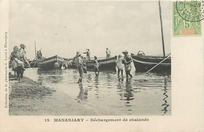 """CPA MADAGASCAR """"Mananjary, déchargement de Chalands"""""""