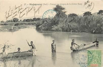 """CPA MADAGASCAR """"Tananarive, passage en pirogue de la rivière Ihosy"""""""