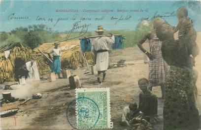 "CPA MADAGASCAR ""Campement indigène, Bourjane portant du riz"""