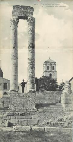 """CPA PANORAMIQUE FRANCE 13 """"Arles, les colonnes du Théâtre"""""""