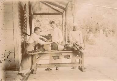 """PHOTOGRAPHIE ORIGINALE / MADAGASCAR """"Rasage d'une génisse pour l' inoculation"""""""