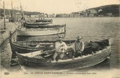 """CPA FRANCE 83 """"Saint Mandrier, Le Creux Saint Georges, Pêcheurs raccomodant leurs filets"""""""
