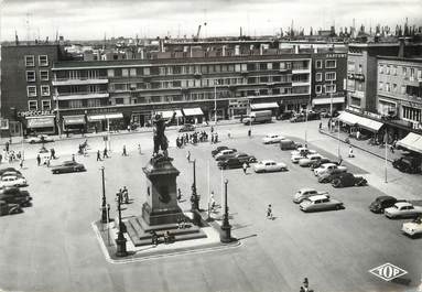 """/ CPSM FRANCE 59 """"Dunkerque, place Jean Bart"""" / AUTOMOBILE"""