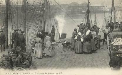 """CPA FRANCE 62 """"Boulogne sur Mer, arrivée du poisson"""""""