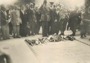 """CPSM  2EME GUERRE / LIBÉRATION DE PARIS """" le Général de Gaulle devant la tombe du soldat inconnu"""""""