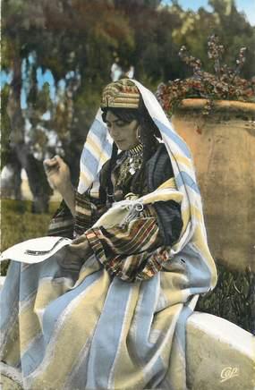 """CPSM  TUNISIE / JUDAICA """"Brodeuse juive de djerba"""""""
