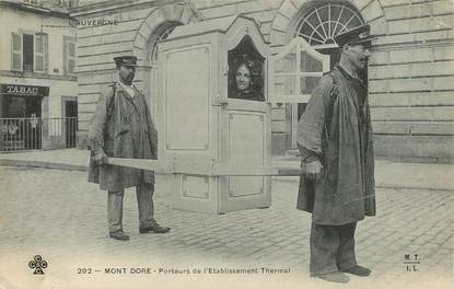 """CPA FRANCE 63 """"Le Mont Dore, porteurs de chaise de l'établissement thermal"""""""