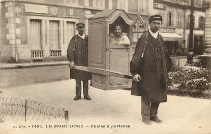"""CPA FRANCE 63 """"Le Mont Dore, chaise à porteurs"""""""